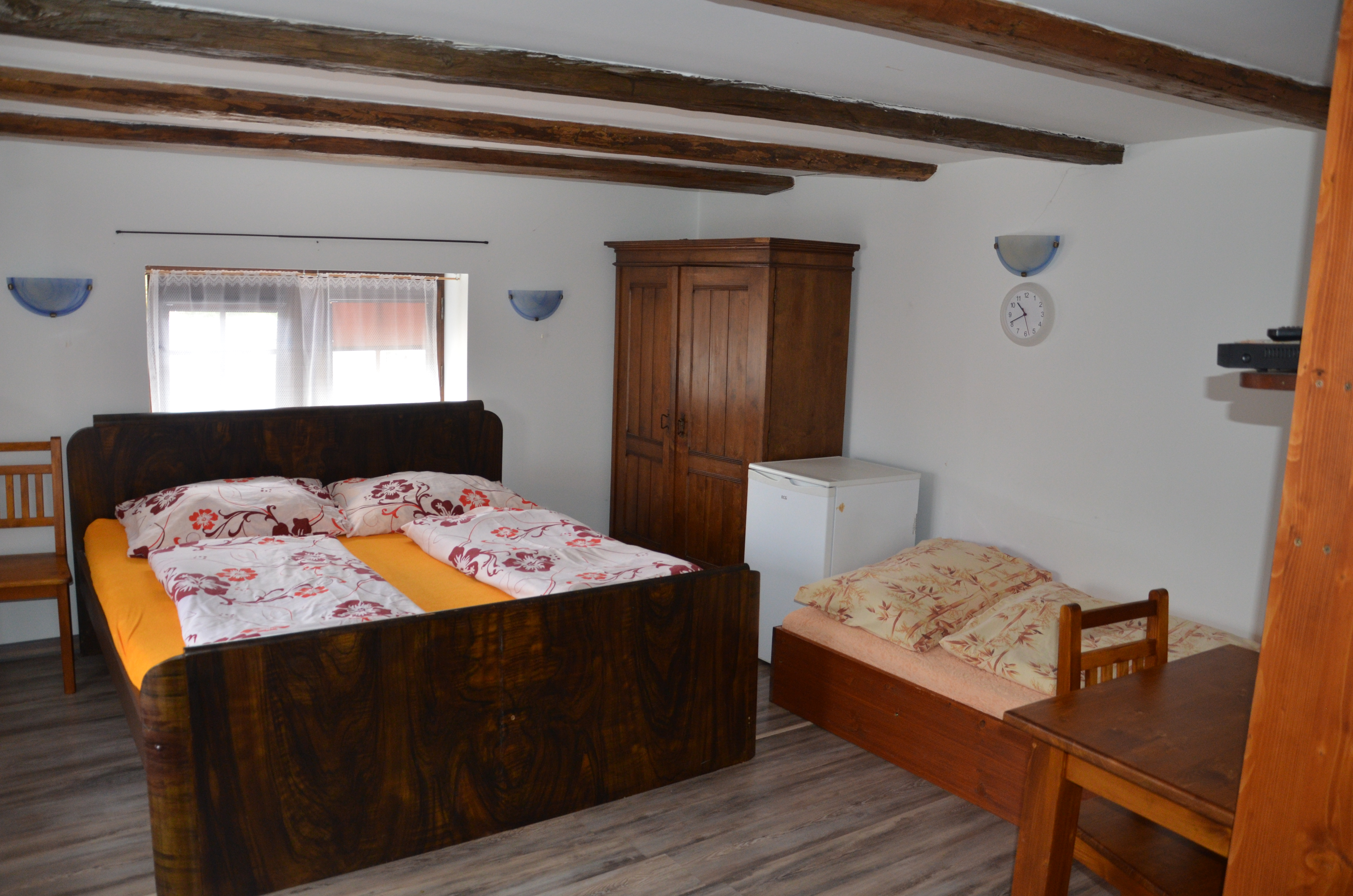 Bezbariérový pokoj postel + přistýlka